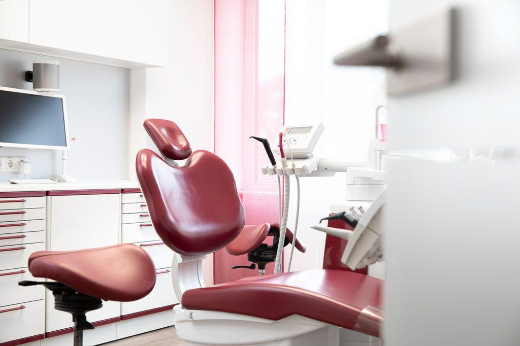 Zahnärzte-Voigt-in-Siegen-Praxisraum-rot